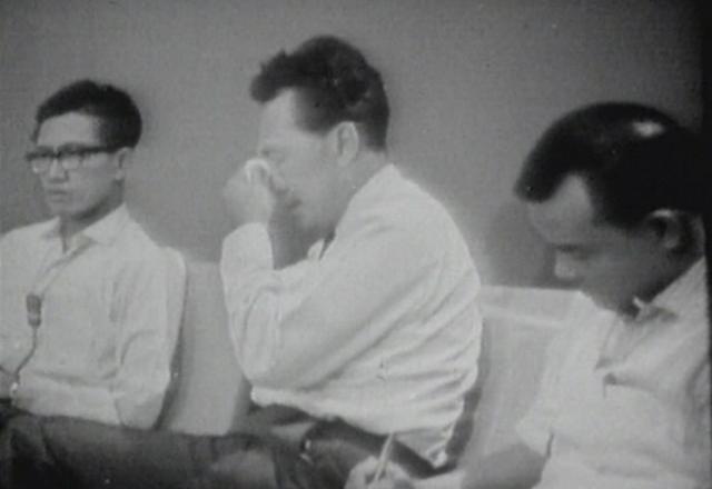 1965年、マレーシアからの分離独立が決まり、涙を流すリー氏(中央)