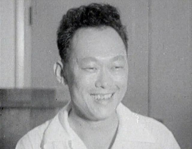1959年の選挙で人民行動党が第一党となり、笑顔を浮かべるリー氏