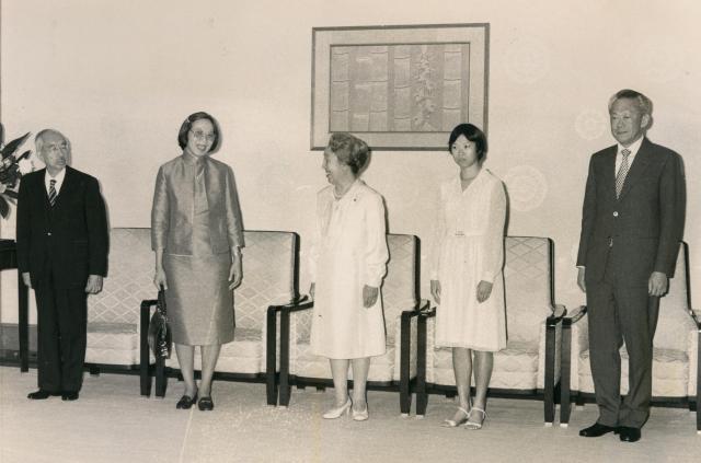 1979年、来日したリー首相夫妻、長女のウェイリンさんと会見する昭和天皇、皇后両陛下