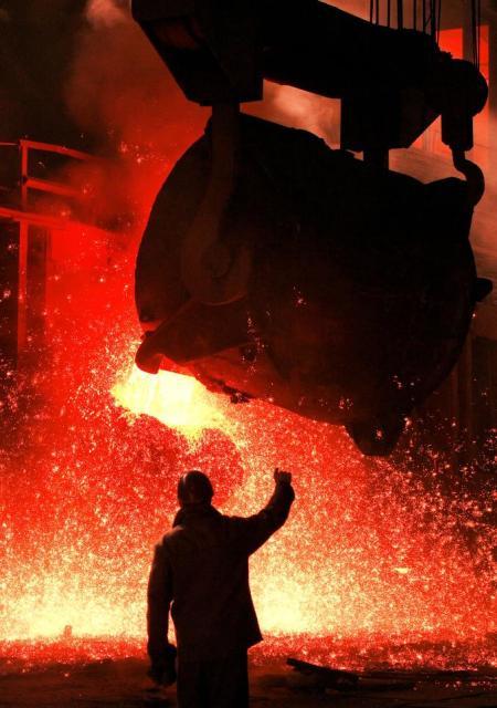 ウクライナ・ザポロジエのザポロジュスターリ製鉄所マルテン溶鉱炉=2006年11月18日の朝日新聞