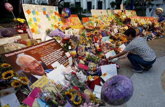 リー氏の回復を祈って捧げられた花束