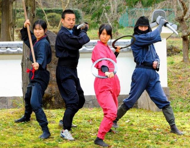 右から黒井宏光さん、奈々恵さん、記者、真奈美さん。記者は2時間あまり修行体験した=3月4日午後、奈良県橿原市、滝沢美穂子撮影