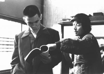 「仁義なき戦い・頂上作戦」撮影中の深作欣二監督(右)と菅原文太さん