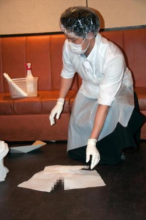 手際よく汚物(※演習用の木片)を処理するカラオケ店の店員