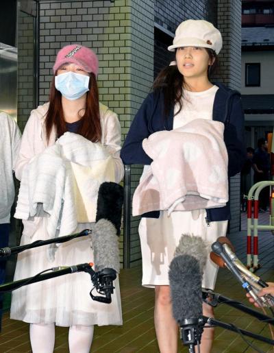病院を退院したAKB48の入山杏奈さん(右)と川栄李奈さん=2014年5月26日
