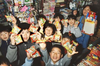 スーパーや商店では、ビックリマンチョコの入荷と同時に子どもたちが押し寄せ、売り切れ状態が続いた=1987年4月、東京・晴海