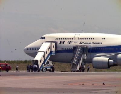 ハイジャックされたが、容疑者を拘束、羽田空港に戻った全日空機=1999年7月23日