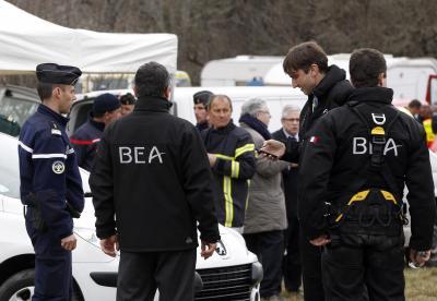墜落現場に入る仏航空事故調査局(BEA)メンバーら=ロイター