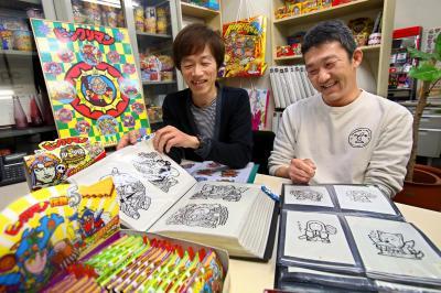 ビックリマンのキャラクターを手がけたデザイン会社「グリーンハウス」の米澤稔さん(左)と兵藤聡司さん=2014年4月4日