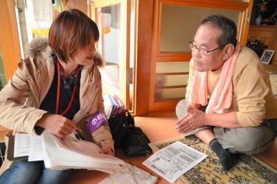 支援団体による被災者の聞き取り調査=2012年11月14日、宮城県石巻市
