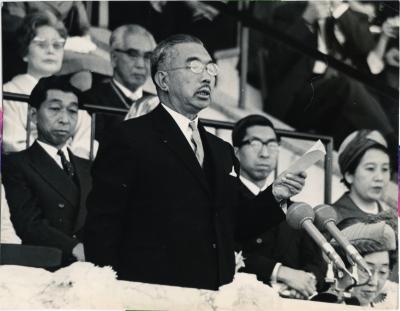 1964年の東京五輪で開会宣言をする昭和天皇