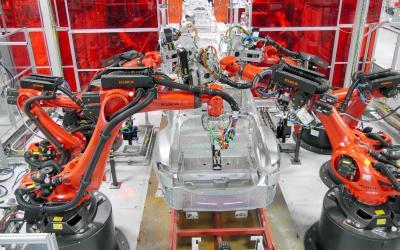 2014年9月に設備が増強されたテスラの工場。赤と白で統一され明るい色合いが特徴だ