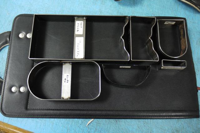 ②フタの部分から革を切り出す=レザースタジオ サード提供