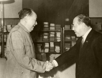 毛沢東中国共産党主席の招待を受け会見、握手する田中角栄首相=1972年9月