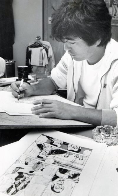 漫画家の本宮ひろ志さん。仕事場での制作風景を写した貴重な1枚=1983年10月