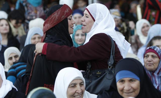 ヨルダンの総選挙に挑む女性候補者(左)。クオーター制を採用する同国では、この総選挙から女性の割り当て議席が上積みされた=2010年11月、ロイター
