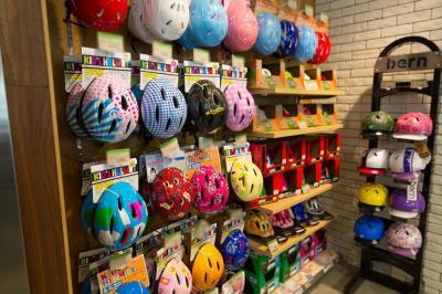 横浜市都筑区のサイクルベースあさひ「港北電動アシスト館」で展示されているヘルメット。同社は東京、神奈川、大阪に「電動アシスト館」があり、試乗して選ぶことが可能。