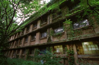 教養学部のある東大駒場キャンパスにかつてあった「駒場寮」=2001年8月