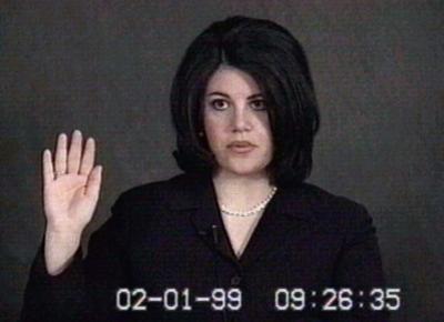 不倫騒動の渦中にあった当時のモニカ・ルインスキーさん=1999年2月、ロイター