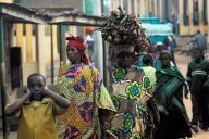 民族衣装を着て歩くルワンダの女性たち=2012年9月