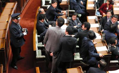 参院本会議で特定秘密保護法案が採決される前、靴が投げ込まれ傍聴席を見上げる与党議員=2013年12月6日