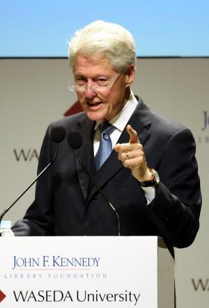 日本で講演するクリントン元米大統領=2015年3月、東京都新宿区