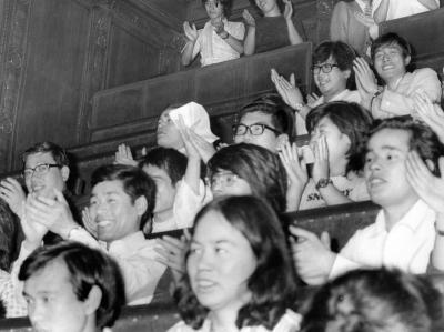 酒、たばこ値上げ法案が廃案となった参院本会議傍聴席では、5日午前零時とともに、約80人の傍聴者が歓声を上げ、拍手がわいた。ふだんは止めるはずの衛視もこの夜ばかりは、なぜか黙視していた=1975年7月5日、参院本会議場の傍聴席で