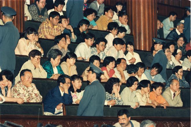 衆院本会議場でのPKO協力法案の投票を真剣な表情で見守る傍聴人=1992年6月15日