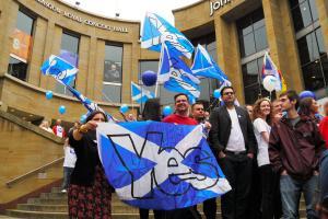 スコットランドの英国からの独立を問う住民投票。運動最終日、最大都市グラスゴーの繁華街では独立支持派が「イエス」と書いたスコットランド旗などを手に気勢を上げた=2014年9月17日、グラスゴー、梅原季哉撮影
