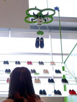 注文された靴を運ぶドローン=東京都港区、諫山卓弥撮影