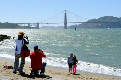 サンフランシスコ湾にかかる金門橋。沖縄からの留学生たちはこの橋をくぐって米国へ入った=2013年6月19日、米サンフランシスコ市
