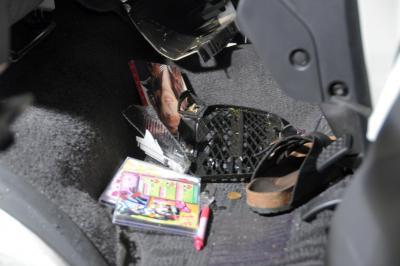 桜塚やっくんの乗っていた車の運転席にはセーラー服姿の写真とサンダルが転がっていた=2013年10月6日、山口県美祢市東厚保町の中国自動車道下り線
