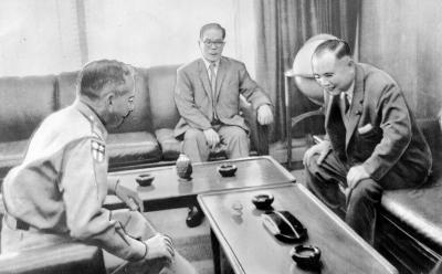キャラウェイ米高等弁務官(左)=1962年6月