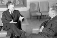 大平正芳外相(右)と会談するキャラウェイ高等弁務官=1964年2月、東京・霞が関