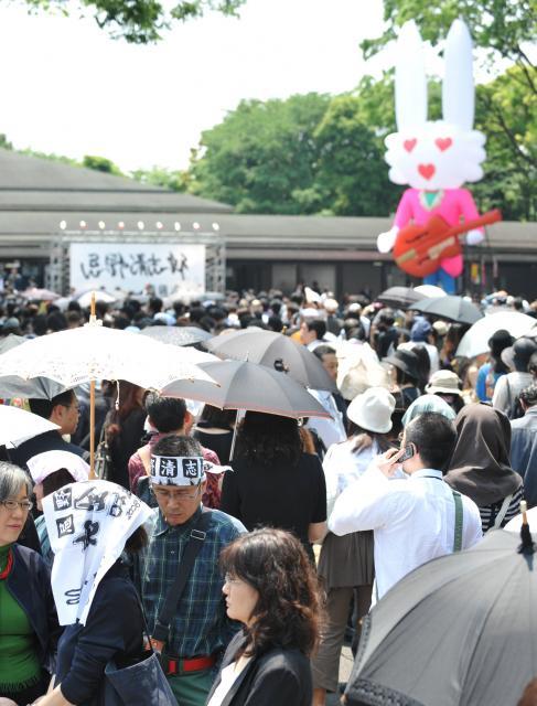忌野清志郎さんの葬儀会場に詰めかけた大勢のファン=2009年5月9日、東京都港区