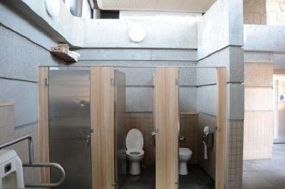 改修後の和光市駅前トイレ。すべて洋式となり、木目調のデザインも採り入れた