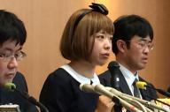 初公判後に記者会見した、被告のろくでなし子さん(中央)=東京都内、福山崇撮影