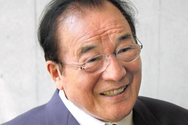 インタビュー取材にこたえる愛川欽也さん=2011年8月13日、都内で斉藤勝寿撮影
