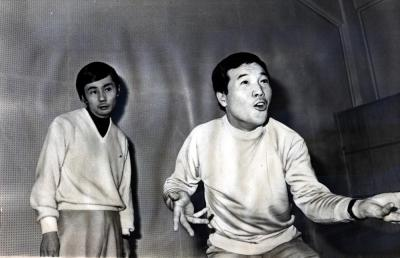 俳優の愛川欽也(右)と宇根靖彦=1970年