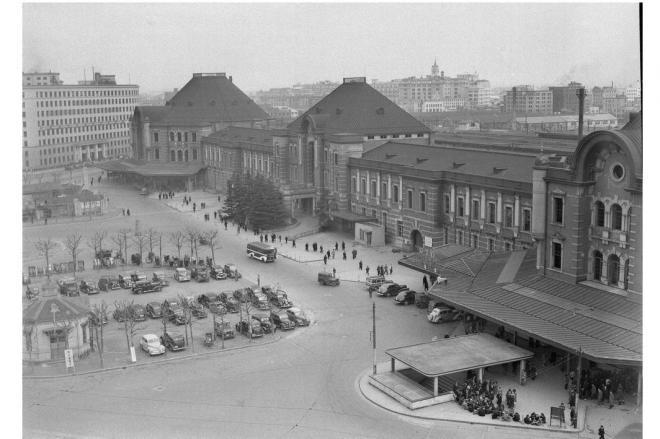 中央郵便局屋上から撮った東京駅丸の内駅舎=1948年3月