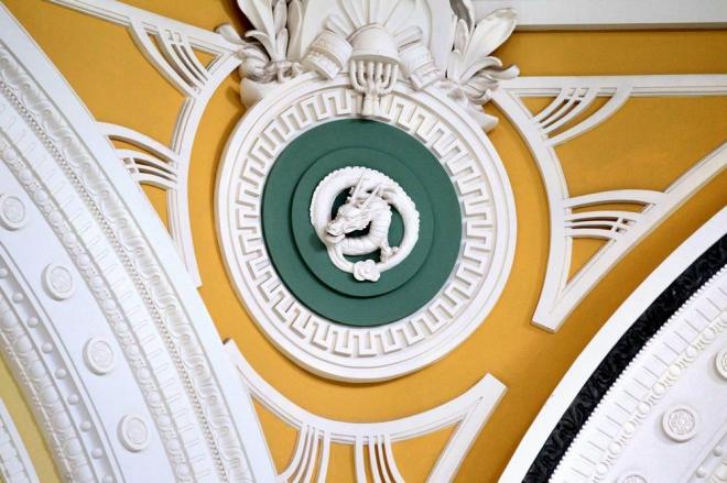 丸の内駅舎のドーム屋根内部には竜や蛇など干支(えと)の彫刻が施されている