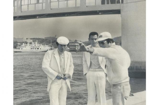 映画「トラック野郎・突撃一番星」のロケを進める左から愛川欽也さん、菅原文太さん、鈴木則文監督、1978年6月撮影
