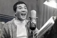 テレビ番組の吹き替えをする俳優の愛川欽也=1968年