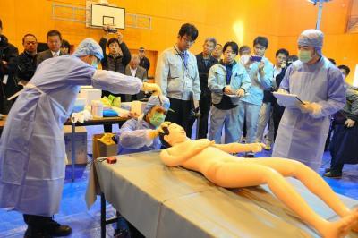 遺体に模した人形を検視する警察官=2014年11月
