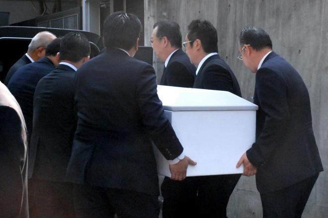 ひつぎを車に乗せる男性たち=17日午前、東京都内の愛川欽也さんの自宅前