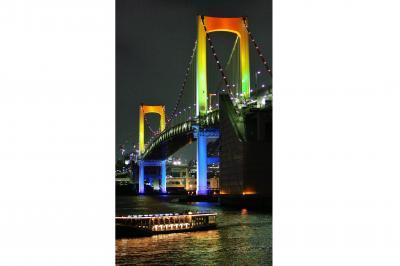 虹色にライトアップされたレインボーブリッジ=2005年9月