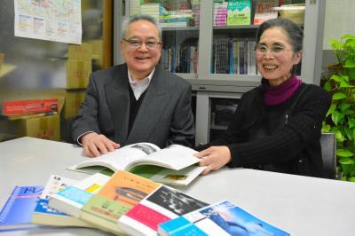 これまでに出版した書籍を手にする芳賀英明さんと妻の紀子さん=千代田区神田神保町2丁目の芳賀書店本店