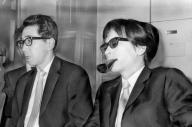 「悪徳の栄え」の翻訳出版にかかわる裁判で有罪確定後に会見する渋沢龍彦さん(右)と現代思潮社の石井恭二社長(当時)=1969年、東京都千代田区の最高裁判所