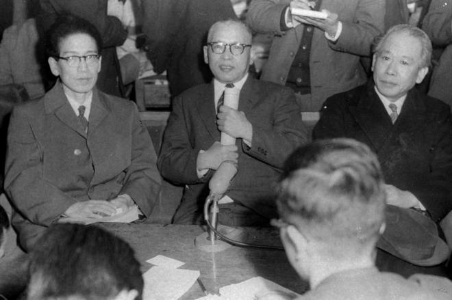 芸術か、わいせつか、で争われた「チャタレー事件」の上告審判決公判で、最高裁大法廷は二審の有罪判決を支持して上告棄却を言い渡した。判決後、記者会見する(左から)作家伊藤整氏、正木ひろし弁護士、被告の小山書店主小山久二郎氏=1957年3月13日