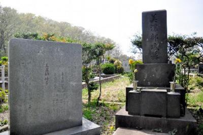 憲法学者の美濃部達吉と、息子で元都知事の美濃部亮吉の墓=2015年4月6日、東京都府中市、小林太一撮影